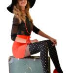 femme tenir vieille valise