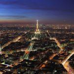 Очаровательный город Париж  Париж — этот французский городок уже давно стал негласным символом всей Франции, главным местом всех влюбленных людей, городом, пропитанным духом свободы и любви. Вряд ли, во всем мире найдется еще один город настолько олицетворяющий любовь, романтику, нежность и страсть. Каждый парижский округ, все парижские улицы и кварталы пахнут особым французским очаровательным духом. На протяжении всей истории город Париж был пристанищем и магнитом для людей с творческой направленностью – художников, поэтов, писателей, актеров, режиссеров, сценаристов, модельеров.   Чрезвычайно ошеломляющий город Франции расположился на побережье реки Сены. Уже более двух тысяч лет Париж радует своих почитателей невероятной притягательностью и красотой. Но не стоит думать, что не смотря на столь долгий срок в две тысячи лет город Париж способен удивить не только старинным винтажем, но и современным искусством.  В Париже абсолютно каждый найдет для себя то, что интересно именно ему – любовные истории, приключенческие моменты, первоклассные развлечения, восхитительный шопинг и поразительно вкусные десерты: французские круассаны, миндальное печенье макарон с разными видами сладких, а порой и соленых начинок, нежные пирожные и знаменитый французский шоколад.   За все время французский город Париж успел пережить в своей истории этапы и взлетов и падений. За все время в Париже успел пройти ряд грандиозных исторических событий: разнообразные революции, восстанчиские и переворотные движения. Во время разных этапов в Париже жили короли и королевы, принцессы и принцы, знаменитые профессоры и художники. Все исторические перепетьи отражаются в невероятной архитектуре города.   Париж издавна славится и популярен на весь мир тонкой французской модой, невероятными кулинарными изысками и прекрасными десертами. Французская кулинария известна своими отменными изысками: знаменитые улитки и лягушачьи лапки, салаты, мидии и устрицы. Десертные блюда – визитная карточка романтической Фран