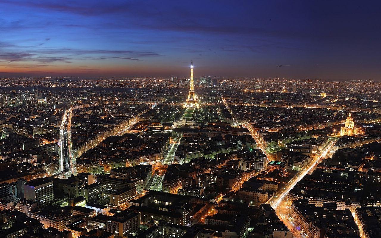 Очаровательный город Париж  Париж - этот французский городок уже давно стал негласным символом всей Франции, главным местом всех влюбленных людей, городом, пропитанным духом свободы и любви. Вряд ли, во всем мире найдется еще один город настолько олицетворяющий любовь, романтику, нежность и страсть. Каждый парижский округ, все парижские улицы и кварталы пахнут особым французским очаровательным духом. На протяжении всей истории город Париж был пристанищем и магнитом для людей с творческой направленностью – художников, поэтов, писателей, актеров, режиссеров, сценаристов, модельеров.   Чрезвычайно ошеломляющий город Франции расположился на побережье реки Сены. Уже более двух тысяч лет Париж радует своих почитателей невероятной притягательностью и красотой. Но не стоит думать, что не смотря на столь долгий срок в две тысячи лет город Париж способен удивить не только старинным винтажем, но и современным искусством.  В Париже абсолютно каждый найдет для себя то, что интересно именно ему – любовные истории, приключенческие моменты, первоклассные развлечения, восхитительный шопинг и поразительно вкусные десерты: французские круассаны, миндальное печенье макарон с разными видами сладких, а порой и соленых начинок, нежные пирожные и знаменитый французский шоколад.   За все время французский город Париж успел пережить в своей истории этапы и взлетов и падений. За все время в Париже успел пройти ряд грандиозных исторических событий: разнообразные революции, восстанчиские и переворотные движения. Во время разных этапов в Париже жили короли и королевы, принцессы и принцы, знаменитые профессоры и художники. Все исторические перепетьи отражаются в невероятной архитектуре города.   Париж издавна славится и популярен на весь мир тонкой французской модой, невероятными кулинарными изысками и прекрасными десертами. Французская кулинария известна своими отменными изысками: знаменитые улитки и лягушачьи лапки, салаты, мидии и устрицы. Десертные блюда – визитная карточка романтической Фран